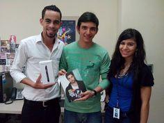 Jose Pachón fue el ganador de un ONE TOUCH IDOL ULTRA en el concurso realizado por Bureo. com. Yisa Moreno, de bureo y Johan Noba, de ALCATEL ONE TOUCH.