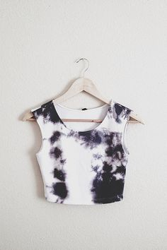 Black and whit tye-dye crop top. I think this would look really good with dark skinny jeans and a leather jacket over it Fashion Mode, Fashion Killa, Look Fashion, Fashion Outfits, Womens Fashion, Cher Horowitz, Do It Yourself Fashion, Crop Tops, Mode Style