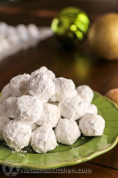 These Russian Tea Cakes are a classic holiday cookie. They look like little snowballs and are filled with walnuts. A wonderful classic treat. Köstliche Desserts, Delicious Desserts, Dessert Recipes, Yummy Food, Delicious Dishes, Russian Tea Cookies, Russian Tea Cake, Russian Desserts, Russian Recipes