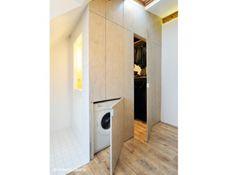 Pour optimiser les rangements dans la plus grande discrétion, le dressing aménagé entre l'entrée et le coin toilette est fermé par des porte...