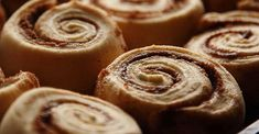 Here's an easy alternative to buying those famous cinnamon rolls in the mall. They taste exactly the same, and the dough is made in the bread machine. Sweets Recipes, Brunch Recipes, Bread Recipes, Baking Recipes, Breakfast Recipes, Desserts, Cinnabon Cinnamon Rolls, Cinnamon Biscuits, Yeast Bread