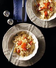 Ένα απλό πιάτο ζυμαρικών μεταμορφώνεται μέσα σε ελάχιστο χρόνο σε ένα γιορτινό πιάτο, ικανό να σταθεί σε κάθε επίσημο δείπνο. Το μόνο που χρειάζεται είναι λίγη βότκα, σολομός και μπρικ. Pasta Salad, Risotto, Macaroni And Cheese, Vodka, Wedding Cakes, Ethnic Recipes, Food, Buffet Ideas, Vases
