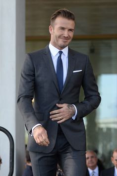 20 Times David Beckham Showed You How To Dress Properly In 2016 Modern Mens Fashion, Mens Fashion Suits, Mens Suits, Most Stylish Men, Stylish Man, David Beckham Style, Charcoal Suit, Classy Suits, Look Formal