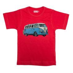 VW bus - Rood t shirt van katoen.Jongens model valt slank gesneden met korte mouw. De opdruk van de VW bus is 17x9cm groot. Het shirt kan gewoon in de wasmachine op 40 graden gewassen worden. Niet in de droger.