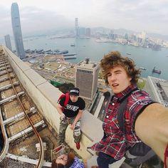 Selfie estremi, fotografi russi postano su Instagram i loro scatti da brividi sui grattacieli!