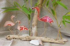 Figurines en ficelle et papiers originaux Sur un étang, quelque part dans le sud, à l'heure où le soleil flamboie, les flamants roses sont de retour ... Largeur: 32 cm H - 18510807