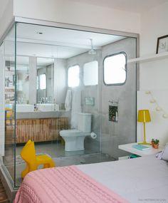 Decisão ousada que deu certo: a moradora integrou o banheiro ao quarto e ganhou iluminação e amplitude.