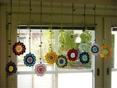 Ein selbstgehäkelter Blumen-Vorhang.