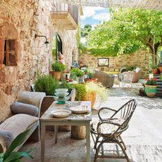 Una casa de campo con estilo: jardín con muros de piedra