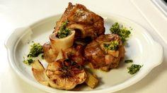 Telecí maso není v českých domáctnostech na stolech moc často. A je to velká škoda! Zkuste třeba kolínko s gremolatou podle šéfa Zdeňka Pohlreicha. Pork, Fresh, Meat, Chicken, Kale Stir Fry, Pork Chops, Cubs