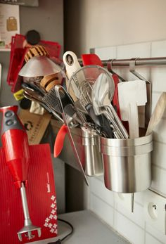 Pověste si kuchyňské potřeby na zeď a uvolněte si pracovní plochu.