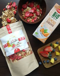 Dnes @gabbys_granola voňavé lyofilizované jahody, chrumkavé mandle a úžasná vanilka 👌🍯🍓🍓🍓🍽 A ako ste na tom vy? My jednoznačne uprednostňujeme biely jogurt. Ale dnes sme dali šancu mandlovému mlieku. A nie je to vôbec zlá voľba 😉🤗🌞 Užívajte víkend, ak sa dá! Granola, Dali, Almond, Cheese, Food, Essen, Almond Joy, Meals, Yemek