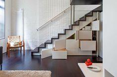 rangement sous escalier moderne avec des tiroirs