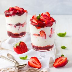 """Made these super easy Keto Strawberry Cheesecake cups for dessert last night for some guests! They had no idea these were Keto and told me that they were delicious! Comment """"recipe please"""" and I'll share it with you. No Bake Cherry Cheesecake, Cheesecake Cups, Dessert Sauces, Dessert Recipes, Parfait, Tiramisu, Raspberry Trifle, Banana Trifle, Wisconsin Cheese"""