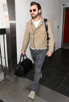 Justin Theroux wearing Beige Leather Biker Jacket, White Crew-neck T-shirt, Charcoal Jeans, Beige Suede Chelsea Boots Beige Chelsea Boots, Chelsea Boots Outfit, Justin Theroux, Look Street Style, Best Dressed Man, Wearing All Black, Swag Style, T Shirt And Jeans, Men Dress