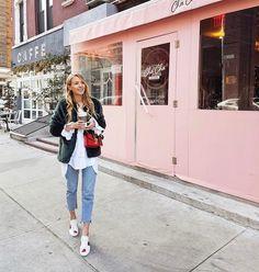 Супермодные, удобные и стильные! Они помогут тебе создать интересный образ. Предлагаем, рассмотреть варианты, с чем носить джинсы-бойфренды (фото).