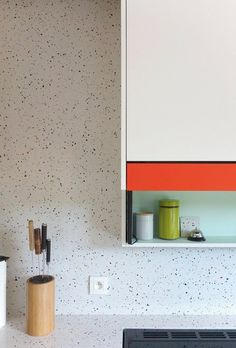 White terrazzo kitchen walls and countertops is a functional solution. Terrazzo inspiration for home interiors and redecoration ideas. Home Decor Kitchen, Kitchen Interior, New Kitchen, Home Kitchens, Kitchen Dining, Kitchen Walls, Modern Kitchens, Terrazzo, Deco Design