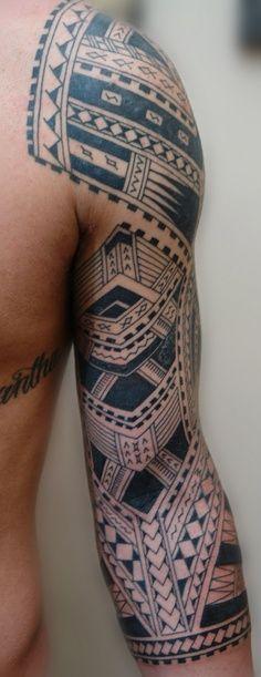 Bras tatoué avec un tatouage polynésien dans Top 10 des plus belles idées de tatouage polynésien