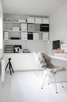 Eames chair als pronkstuk in home office - werkblad en legplanken bij voorkeur in zwart