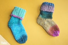 Knitting baby socks - Instructions for baby socks with boomerang heel - Talu.de You would like to knit cute baby socks? No problem. In this tutorial for baby socks with boomerang heel we show every si. Loom Knitting, Knitting Socks, Baby Knitting, Crochet Baby, Knit Socks, Skate Shirts, Sport Weight Yarn, Baby Socks, Fashion 2020