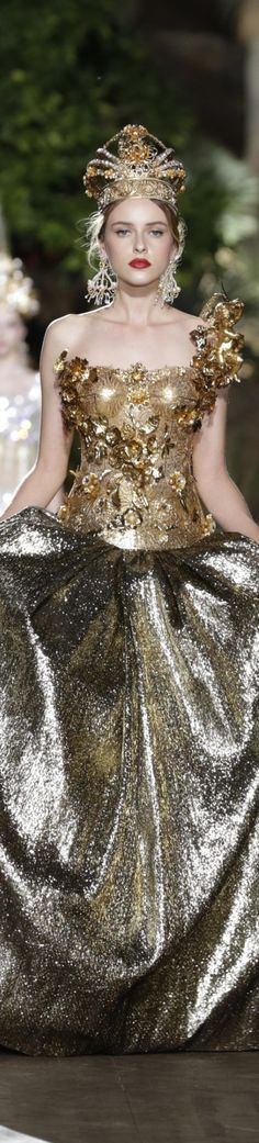 Dolce & Gabbana Alta Moda Fall 2015 couture Potofino (w/o the crown) Haute Couture Style, Couture Mode, Couture Fashion, Runway Fashion, Couture Boutique, Gold Fashion, High Fashion, Fashion Show, Fashion Design