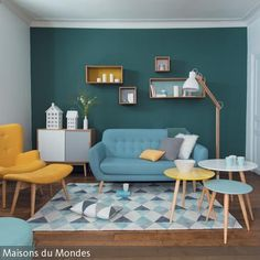 Wie die Sonne und das Meer erstrahlt ein Wohnzimmer, wenn man es in den Kontrastfarben Gelb und Blau einrichtet. Durch die Wahl von Curry-Gelb sowie Türkis und …