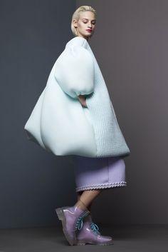 Originaire de Chine, c'est à Londres au London College of Fashion et au Royal College Art que Xiao Li s'est spécialisée en tricot. Jouant avec le volume, elle traite la matière par de s…