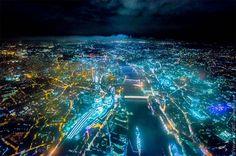 Avec AIR: London, le photographe américainVincent Laforetcontinue sa superbe série dephotographies aériennes, capturant les grandes villes de nuit depu