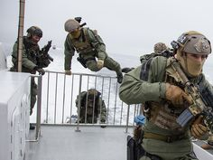 Norwegian special forces demonstrate how they take control over a vessel [1.160px  870px]