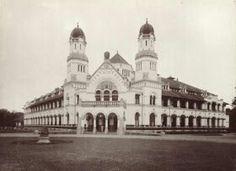 1920's - Semarang, Lawang Sewu. Dr lokasi diambilnya foto depan Lawang Sewu inilah berdiri simbol kota Semarang yaitu Tugu Muda.