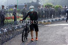 Jalan Medan Merdeka Barat, Jakarta Pusat, disterilkan polisi dari semua kendaraan yang ingin melintas ke arah Gedung Mahkamah Konstitusi (MK), Kamis (21/8/2014). Polisi menstrilkan jalan untuk mengantisipasi kedatangan massa pendukung Prabowo-Hatta saat sidang putusan gugatan hasil Pilpres 2014.