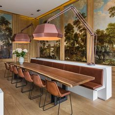 Dining with long banquette seating. Canal House Amsterdam, Amsterdam Houses, Dining Room Design, Dining Area, Kitchen Design, Banquette Dining, Dining Table, Interior Architecture, Dining
