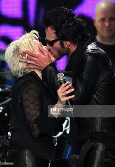 Cyndi Lauper and Scott Weiland during 'Decades Rock Live' Honors Cyndi Lauper November 11 2005 at Trump Taj Mahal in Atlantic City New Jersey. Trump Taj Mahal, Velvet Revolver, Scott Weiland, Stone Temple Pilots, Rock News, Love Is Gone, Cyndi Lauper, Atlantic City, Why People