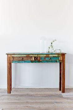 Avlastningsbord av återvunnet trä med glasdörrar