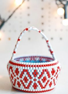 Little Winter Basket by Hejsan Goods. Perler Beads Pegboard, Hama Beads, Loom Beading, Beading Patterns, Beaded Bags, Beaded Bracelets, American Indian Crafts, Book Crafts, Pink Brown