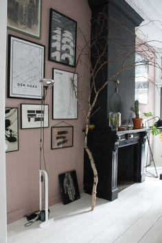 Kleur inspiratie: muurkleur is van Little Greene, 'Light Peachblossom' Schouwkleur: is van Farrow & Ball, 'Off Black'