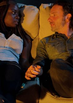 Dear Sleep Hollow writers, this is how you do it! Sincerely, The Walking Dead Writers! Rick Grimes and Michonne in The Walking Dead Season 6 Episode 10 Walking Dead Season 6, Walking Dead Tv Series, Fear The Walking Dead, Carl Grimes, Rick And Michonne, Dead Inside, Dead Man, Daryl Dixon, Best Shows Ever