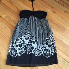 CUTE CUTE CUTE strapless dress - shear lined This black/white striped dress is just too cute!  Breast area is lightly padded. GREAT condition. Breezy and shear flowing. Connected Dresses Strapless