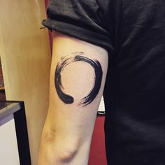 Ensō tattoo on the left tricep. Tattoo artist: Jay Shin