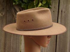 c7dca052293c3 Vintage Tan Wide Brim Akubra Cattleman Cowboy hat Australian Wool Felt Band  Snowy River Western Hat size 58 safari bush military