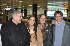 Cardenal Sistach amb els fidels a l'aeroport de Roma