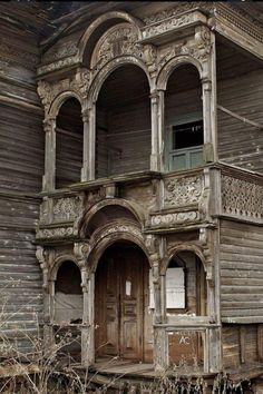 Abandoned and decayed Victorian House. Creepy old architecture. Abandoned Mansion For Sale, Old Abandoned Buildings, Abandoned Property, Abandoned Castles, Abandoned Mansions, Old Buildings, Abandoned Places, Photo Post Mortem, Beautiful Buildings
