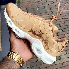 Perhaps, the most comfortable footwear, which is practically in any women's wardrobe - sneakers. Sneakers have long ceased to be a part of the sporting style, t Moda Sneakers, Shoes Sneakers, Shoes Heels, Adidas Shoes, High Heels, Kd Shoes, Tennis Sneakers, Soccer Shoes, Dress Shoes