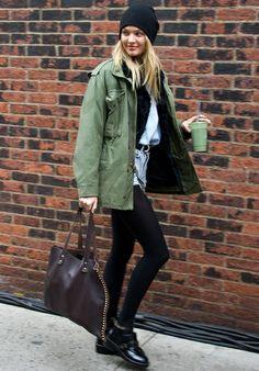Parka kaki, short en jean, collants noirs ultra opaques