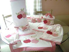 KIT DE COZINHA | Flickr – Compartilhamento de fotos! Sewing Hacks, Sewing Crafts, Sewing Projects, Sewing Tips, Kitchen Words, Diy Kitchen, Applique Towels, Apple Decorations, Ideas Hogar