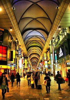 Hiroshima - Hondori, overdekte winkelstraat. van ca 500 meter. Begint bij Memorial Peace Park.