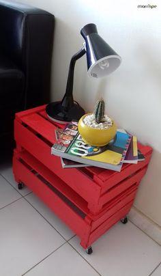 Mesinha feita com caixotes de feira. Passo a passo no blog! #artesanato #decoração #reciclagem #caixote #caixotedefeira #handmade #decor #craft #passoapasso #tutorial #façavocêmesmo #diy #pintura #madeira #organização #mesinha #dica #ideia #marrispe