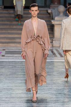 Victoria Beckham conquista Nueva York con impecables trajes de chaqueta y vestidos de volantes - Foto 8 Victoria Beckham, Camel, Duster Coat, Sari, My Style, Jackets, Events, Inspirational, Architecture