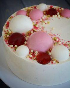 Kager kan pyntes på utallige måder, men her er mit bud på, hvordan man kan pynte en kage med halvkugler af diverse mousser.