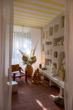 small white room with shelves carved into one stucco wall Stucco Fireplace, Stucco Walls, Stucco Interior Walls, Glass Wall Shelves, Floating Glass Shelves, Book Shelves, Pierre Frey, Built In Furniture, Furniture Design